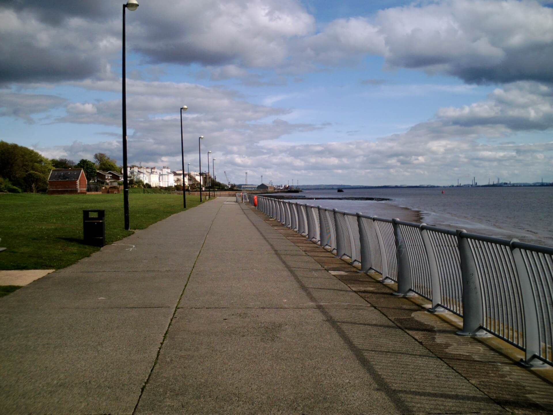 A_walk_along_Otterspool_Promenade_(8)